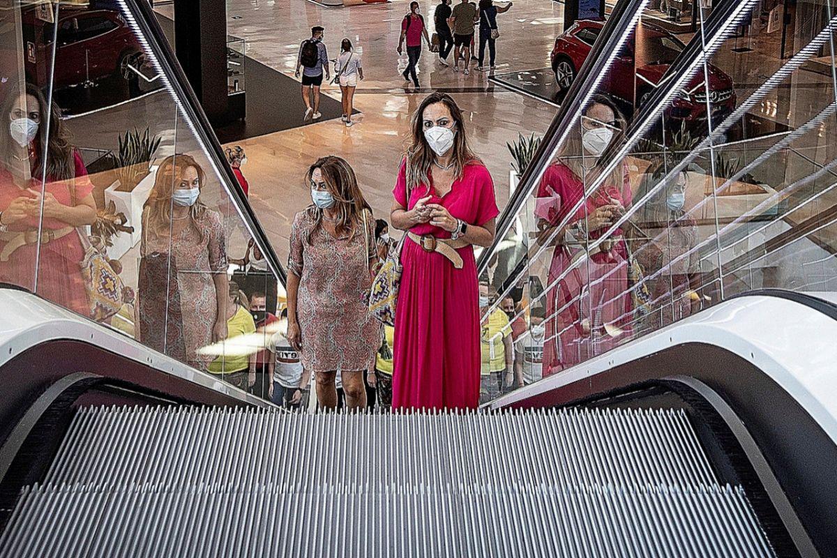Los sevillanos pudieron volver a los centros comerciales.