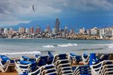 Decenas de hamacas amontonada en una playa española durante la cuarentena.