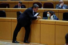 GRAF7893. MADRID.- El ministro de Inclusión, Seguridad Social y Migraciones, José Luis lt;HIT gt;Escrivá lt;/HIT gt; (i), conversa con la vicepresidenta primera del Gobierno y ministra de la Presidencia, Carmen Calvo, durante la sesión de control al Gobierno en el Senado, este martes en Madrid.   POOL