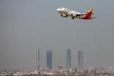Un avión de Iberia sobrevolando la ciudad de Madrid.