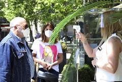 Una empleada toma la temperatura a un cliente en Alcalá.