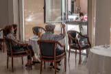 Una persona conversa con sus padres a través de una ventana habilitada en una residencia de mayores en Valencia