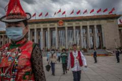 Delegados abandonan el Gran Palacio del Pueblo de Pekín.