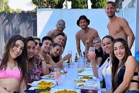 Los cuatro jugadores del Sevilla, durante la fiesta.
