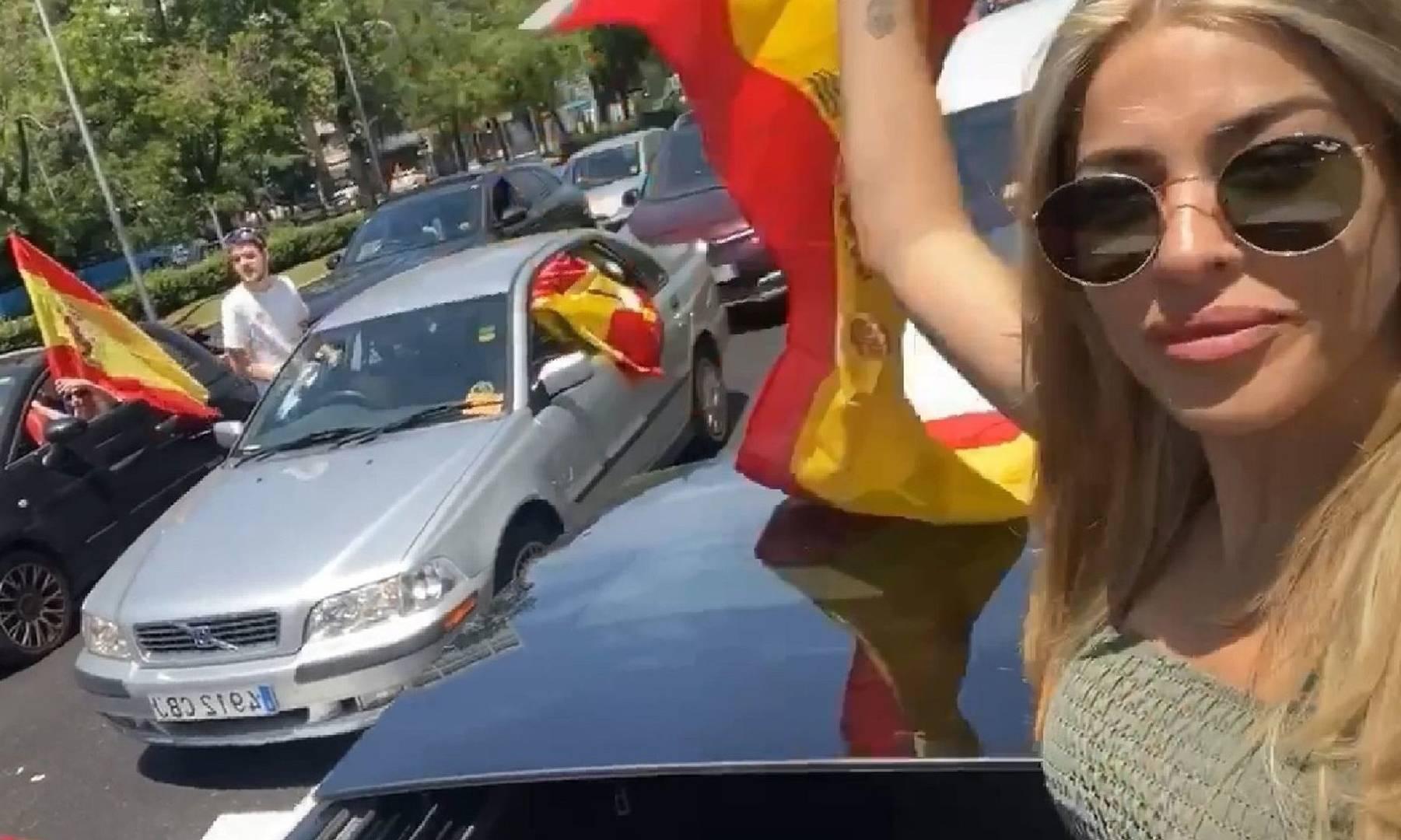 """La ex tronista de MYHYV y colaboradora de Telecinco Oriana Marzoli acudió el pasado fin de semana a la manifestación de Vox contra el Gobierno de Pedro Sánchez. Muchos de sus seguidores la acusaron de saltarse el confinamiento y las medidas de distancia social para acudir a la protesta y ella ha decidido pronunciarse al respecto:Bueno yo es que alucino con la oleada de críticas que he recibido, incluso amenazas, por haber asistido a una manifestación por la mala gestión del Gobierno"""", ha señalado antes de continuar: """"Ese que dicen que es democrático, pero que me hace sentir megacoaccionada y sin ningún tipo de libertad de expresión""""."""