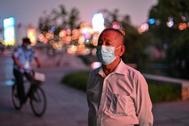 Un hombre con mascarilla en un parque de Wuhan.