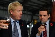 El primer ministro, Boris Johnson, junto a Douglas Ross.