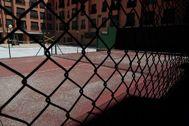 """GRAF9419. MADRID.- Vista de la pista de lt;HIT gt;pádel lt;/HIT gt; cerrada por la pandemia en los apartamento Suite Florida de Madrid este viernes donde sanitarios, personas con miedo de contagiar a sus familias y otras a las que cancelaron sus vuelos son algunos de los huéspedes de los catorce hoteles de guardia que han seguido funcionando en la Comunidad de Madrid durante el estado de alarma con sus instalaciones más """"apagadas"""" que de costumbre."""