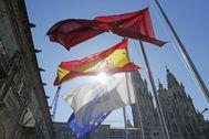 Banderas a media asta en la plaza del Obradoiro de Santiago de Compostela