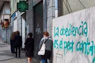 GRAFCAT5692. BARCELONA (ESPAÑA).-Varias personas hacen cola en una lt;HIT gt;farmacia lt;/HIT gt; del barrio de El Carmel , este miércoles en Barcelona, cuando se cumplen 46 días de confinamiento por el estado de alarma decretado por el Gobierno por la crisis del coronavirus.