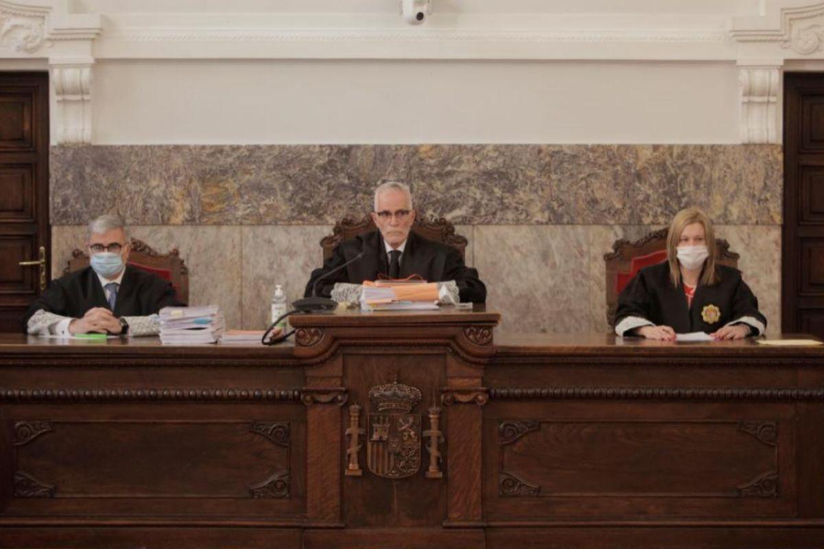 Ángel Sande García (centro), magistrado de la Sala de lo Penal y lo Civil del TSXG, durante la vista.