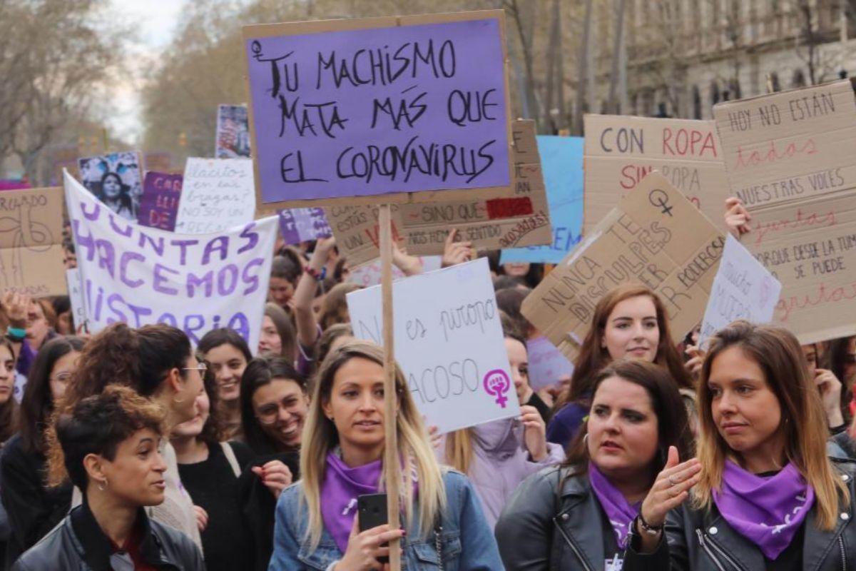 Pancartas exhibidas en la manifestación del 8-M en Barcelona.