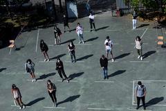 Alumnos del IES As Lagoas, este lunes, en Orense.
