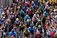 El público anima al pelotón durante una etapa del último Giro.