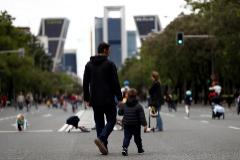 GRAF6398. lt;HIT gt;MADRID lt;/HIT gt;.- Un hombre pasea con su hijo por el Paseo de la Castellana, donde la Asociación de Circos Reunidos reparte este fin de semana 25.000 mascarillas sanitarias hechas por sus artistas y destinadas a los lt;HIT gt;niños lt;/HIT gt;, este sábado en lt;HIT gt;Madrid lt;/HIT gt;.