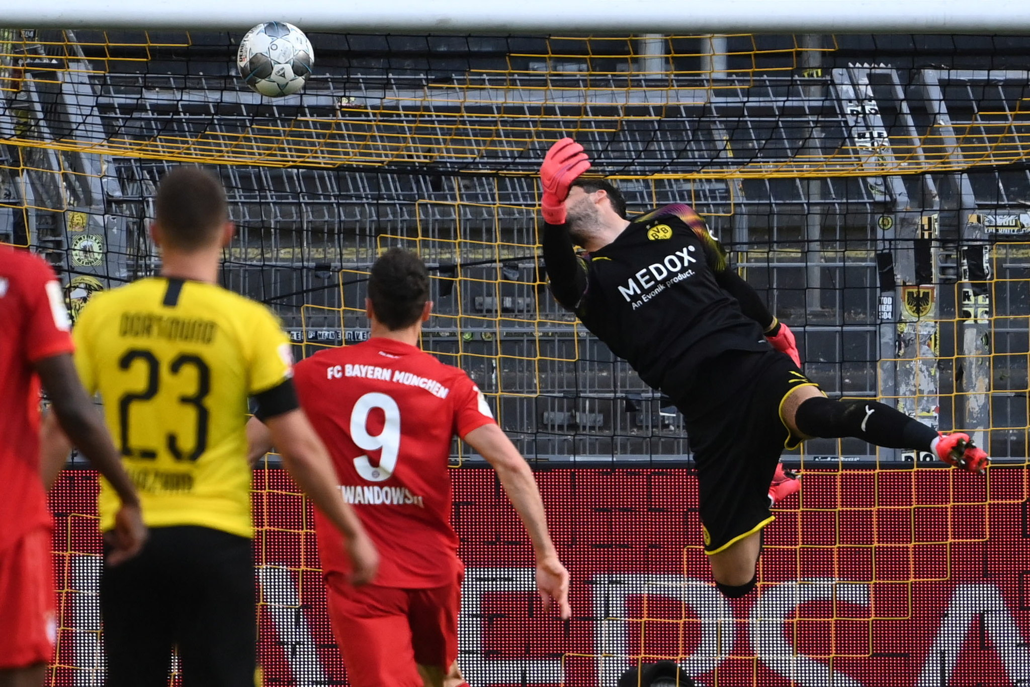 Dortmund (Germany), 26/05/2020.- Dortmund's goalkeeper Roman Buerki (R) concedes the 0-1 goal scored by Bayern Munich's Joshua lt;HIT gt;Kimmich lt;/HIT gt; (not pictured) during the German Bundesliga soccer match between Borussia Dortmund and FC Bayern Munich at Signal Iduna Park in Dortmund, Germany, 26 May 2020. (Alemania, Rusia) EFE/EPA/Federico Gambarini / POOL DFL regulations prohibit any use of photographs as image sequences and/or quasi-video