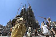 Turistas frente a la Sagrada Familia.