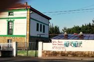 Pintada en una sede del PNV a favor de la excarcelación de un etarra, en Erandio (Vizcaya).