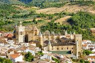 """Patrimonio de la Humanidad de la <strong>Unesco</strong>, el <strong>monasterio </strong>de Guadalupe es la principal seña de identidad del pueblo cacereño homónimo. Construido en el siglo XIV. Desde entonces, es uno de los centros de peregrinación más importantes del país. Guadalupe es uno de los finalistas a convertirse en la<strong> capital rural de España,</strong> concurso convocada por el portal EscapadaRural.com, que ha recibido<strong> 205 candidaturas. </strong> El nombre del <strong><strong>ganador se conocerá el 3 de julio.</strong></strong> Hasta entonces, la votación popular está disponible en este <a href=""""https://www.escapadarural.com/capital-turismo-rural/2020"""" target=""""_blank"""">link</a>."""
