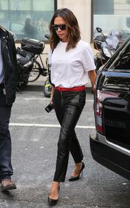La diseñadora elige la más básica, holgada y de manga corta. Perfecta para resaltar su pantalón de cuero negro.