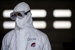 Un sanitario italiano ataviado con una EPI para el coronavirus.