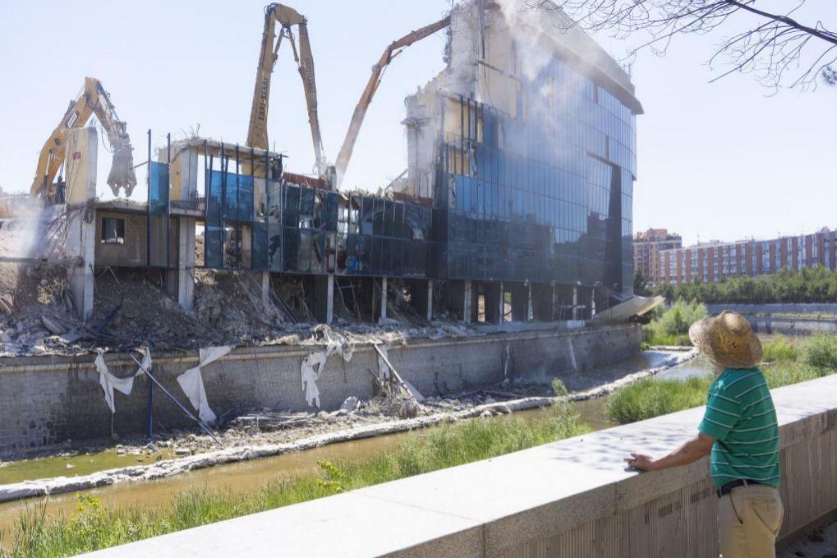 Aspecto de las obras de derribo de la grada de preferencia del Vicente Calderón hoy miércoles 27 de mayo