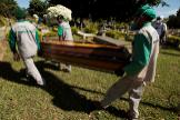 AME2297. BRASILIA ( lt;HIT gt;BRASIL lt;/HIT gt;).- Trabajadores del cementerio Campo de Esperanza entierran una víctima de COVID-19 este martes, en Brasilia ( lt;HIT gt;Brasil lt;/HIT gt;). lt;HIT gt;Brasil lt;/HIT gt; confirmó ayer 807 nuevas muertes por coronavirus, con lo que el total de fallecidos llega a 23.473, mientras que los casos ascienden ahora a 374.898, según informó el Ministerio de Salud.