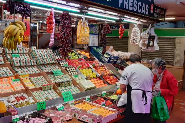 Un puesto de frutas y verduras en el Mercado de la Cebada, en Madrid.