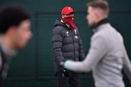 Jurgen Klopp observa un entrenamiento del Liverpool.