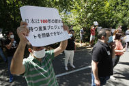 Trabajadores protestan frente al consulado de Japón en Barcelona.