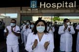 lt;HIT gt;OURENSE lt;/HIT gt;.- Aplausos tras el minuto de silencio en recuerdo de las víctimas del coronavirus guardado este miércoles ante el Complejo Hospitalario Universitario de lt;HIT gt;Ourense lt;/HIT gt; (CHUO).