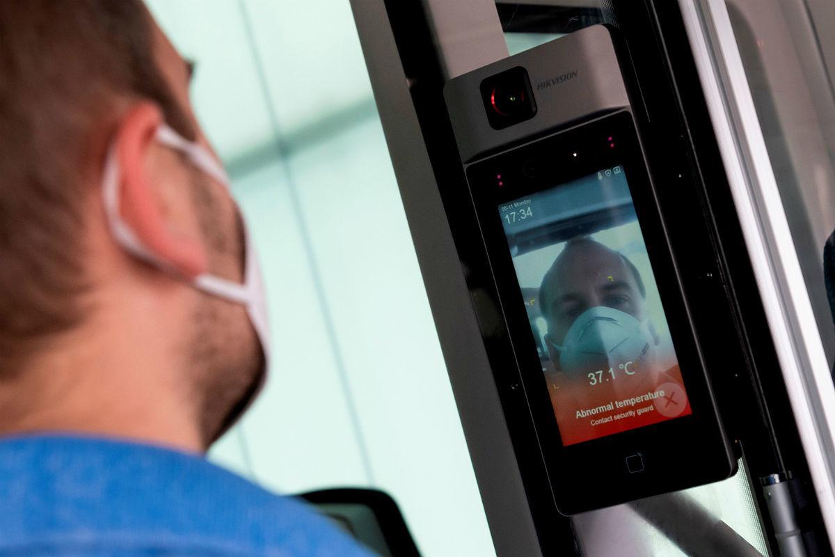 Aplicaciones inteligentes chequean la temperatura y si se lleva mascarilla.