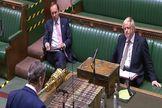 Keir Starmer se dirige a Boris Johnson en el Parlamento.