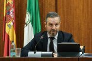 El consejero de Hacienda, Industria y Energía, Juan Bravo, en la comisión parlamentaria este miércoles.