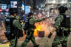 Antidisturbios chocan con manifestantes prodemocracia este miércoles en Hong Kong.