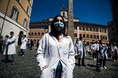 Estudiantes de Medicina y médicos protestan frente al Parlamento, en Roma.