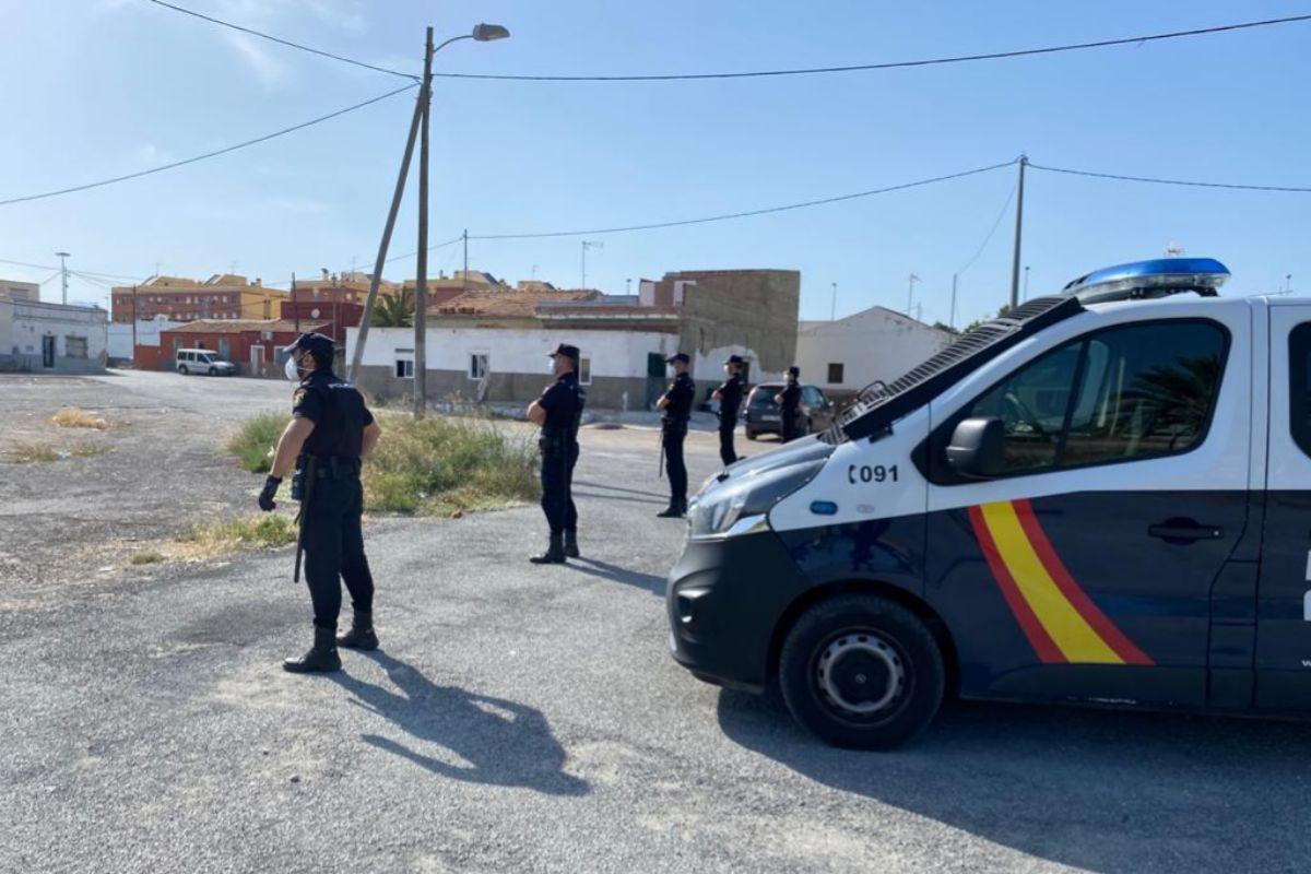 Agentes de la UIP custodian el barrio marginal de Elche de 'La Puñalada'.