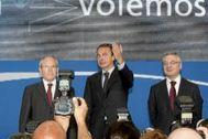 Los ex ministros Montilla y Blanco, junto a Zapatero en 2009.
