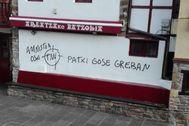Pintada realizada por desconocidos en la sede social del PNV en Areatza (Vizcaya).