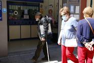 Personas mayores caminando por las calles de Castellón.