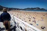 Un hombre observa este miércoles la playa de La Concha de San Sebastián.