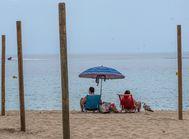Primeros bañistas de Mallorca tras abrirse las playas el pasado lunes.