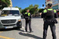 Dos policías vigilan las calles de Marbella durante la desescalada.