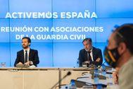 Pablo Casado y Enrique López, durante la reunión con 10 asociaciones de la Guardia Civil, celebrada este jueves en la sede nacional del PP.