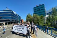 Fotógrafos protestando delante de la sede de LaLiga.