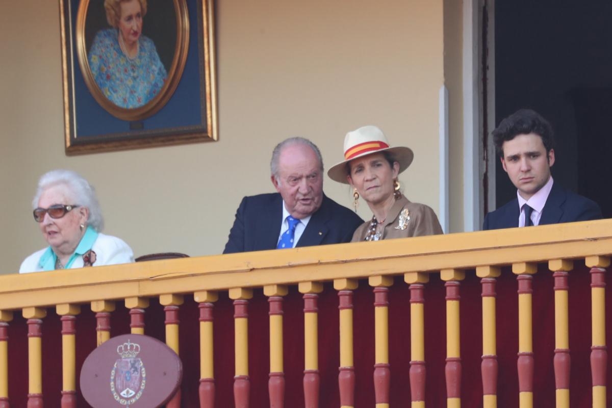 El Rey junto a su hermana, la infanta Elena y Froilán en Aranjuez.
