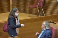 Mónica Oltra charla con el portavoz socialista, Manolo Mata, en las Cortes.