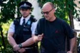 Domic Cummings deja su residencia de Londres, custodiada por la policía.