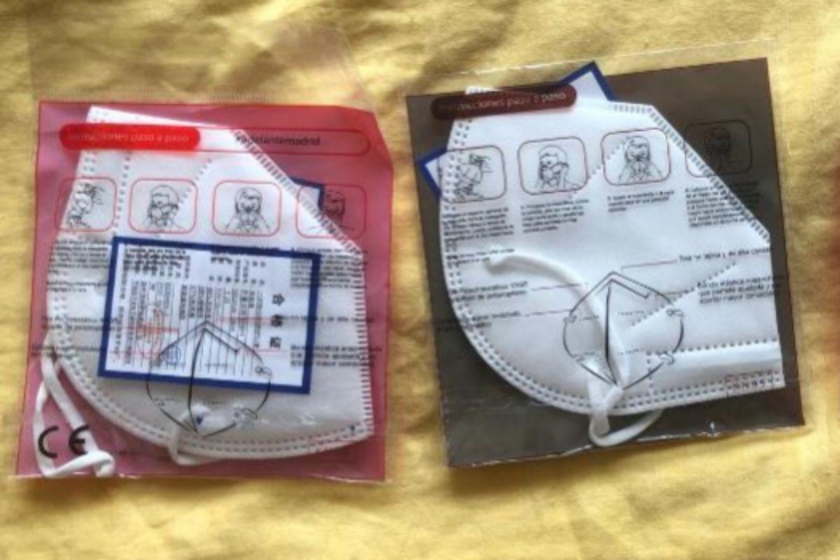 A la izquierda, mascarilla con marcado CE, y a la derecha, la nueva, que no lo tiene.