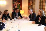 De izquierda a derecha, la vicepresidenta económica, Nadia Calviño, el presidente Pedro Sánchez, el presidente de la alianza Renault Nissan, Jean-Dominique Senard, y la presidenta interina de Renault, Clotilde Delbos, el pasado 22 de enero en Davos.